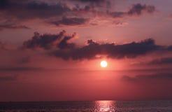 Soluppgång med mörkermoln och himmel med en mörk violett sikt Arkivfoton