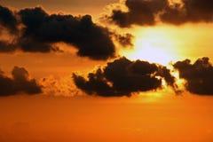 Soluppgång med mörkermoln och ljus gul himmel Fotografering för Bildbyråer