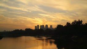 Soluppgång med moln över storstaden stock video