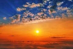 Soluppgång med moln och strålar av ljus Fotografering för Bildbyråer