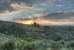 Soluppgång med moln på landshuset Tuscany Arkivbild