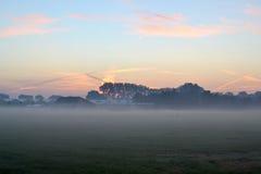 Soluppgång med morgonmist. Arkivfoton