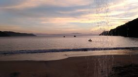 Soluppgång med sakkunniga färgar i Paraty, Brasilien royaltyfri foto