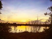 Soluppgång nära den tysta sjön Arkivbilder