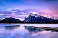 Soluppgång nationalpark på cinnoberfärg för sjön, Banff arkivbild