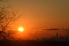 Soluppgång NYC, från NJ Arkivbilder