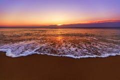 Soluppgång och att skina vinkar i havet Royaltyfri Foto