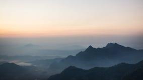 Soluppgång och berghav av dimma på den Phu chifa i Chiangrai Royaltyfri Fotografi