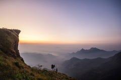 Soluppgång och berghav av dimma på den Phu chifa i Chiangrai Royaltyfri Bild