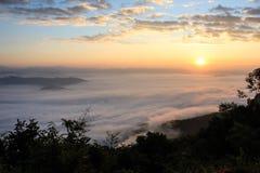 Soluppgång och dimma Arkivfoton