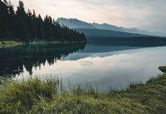 Soluppgång och dimmig morgon över monteringen Rundle på två Jack Lake in Royaltyfria Foton