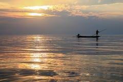 Soluppgång och fiskare Royaltyfri Foto