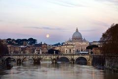 Soluppgång- och fullmoonsikt av Stets Peter domkyrka i Rome, Arkivbilder