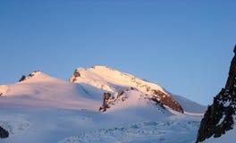 Soluppgång och gryningen över Srahlhornen når en höjdpunkt i de schweiziska fjällängarna nära Zermatt arkivfoton