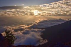 Soluppgång och havet av dimma i bergen Arkivfoto