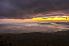 Soluppgång och mist på berget Royaltyfri Bild