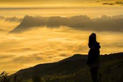 Soluppgång och mist på berget Arkivfoton