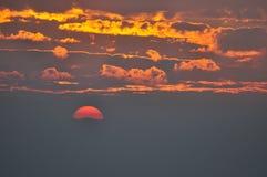 Soluppgång- och molnhimmel i moringen Arkivfoto