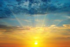 Soluppgång och molnig himmel Arkivbilder