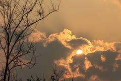 Soluppgång och molnigt arkivbild