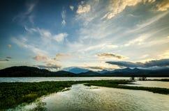Soluppgång och sjö fotografering för bildbyråer