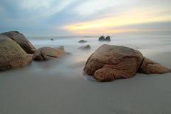 Soluppgång och strand Arkivbilder