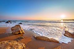 Soluppgång och strand Arkivfoto