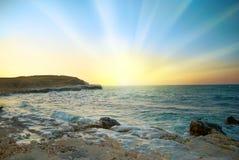 Soluppgång ovanför havet Arkivbilder