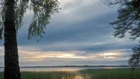 Soluppgång ovanför skogsjön Time-schackningsperiod stock video