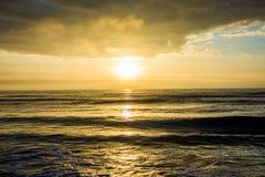 Soluppgång på ön av gömma i handflatan stranden, över havet i South Carolina Royaltyfria Bilder
