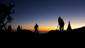 Soluppgång på överkanten av berget Arkivfoto