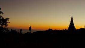 Soluppgång på överkanten av berget Arkivbilder