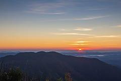 Soluppgång på berg Arkivfoto