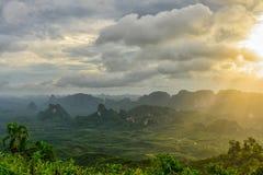 Soluppgång på berget med misten Royaltyfri Fotografi