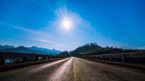 Soluppgång på bron Arkivfoto