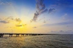 Soluppgång på bron av fartygpir Arkivbild