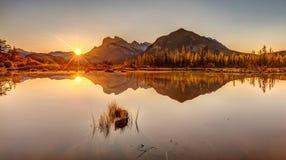 Soluppgång på cinnoberfärg för Banff ` s sjöar Arkivfoton