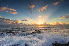 Soluppgång på Currumbin vaggar, Gold Coast, Australien fotografering för bildbyråer