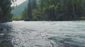 Soluppgång på den Akkem floden, Altai republik, Ryssland 4K arkivfilmer