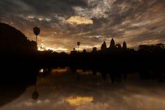 Soluppgång på den Angkor templet Royaltyfri Bild
