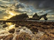 Soluppgång på den Atuh stranden, Nusa Penida arkivbilder