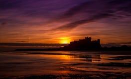 Soluppgång på den Bamburgh slotten, Northumberland arkivfoto