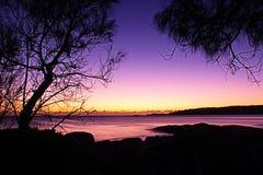 Soluppgång på den Binalong fjärdstranden, Tasmanien Arkivbild
