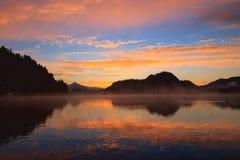Soluppgång på den blödde sjön Arkivbild