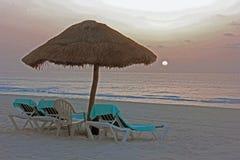 Soluppgång på den Cancun stranden, Yucatan, Mexico royaltyfria foton