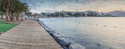 Soluppgång på den centrala offentliga stranden av Eilat - berömd semesterortstad i Israel Arkivbilder