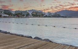 Soluppgång på den centrala offentliga stranden av Eilat - berömd semesterortstad i Israel Royaltyfria Foton