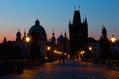 Soluppgång på den Charles bron i Prague Arkivbild