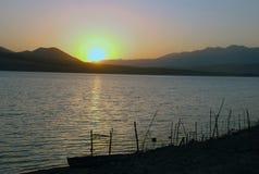 Soluppgång på den Charvak behållaren i Uzbekistan Royaltyfria Foton