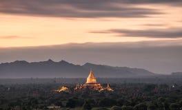 Soluppgång på den Dhammayazika pagoden Fotografering för Bildbyråer